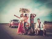 Multinational hippie hitchhikers — Stock fotografie