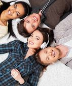 Happy multiracial friends listens music — Stock Photo