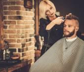 客户端访问在理发店发型师 — 图库照片