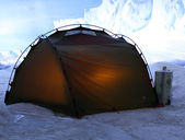 Tent in the mountains with snow and ice — Photo