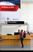 Hamburgo, Alemanha - 31 de outubro: Balcão de informações, em 31 de outubro de 2014 no Hanseboot - internacional boat show, Hamburgo, Alemanha. — Fotografia Stock