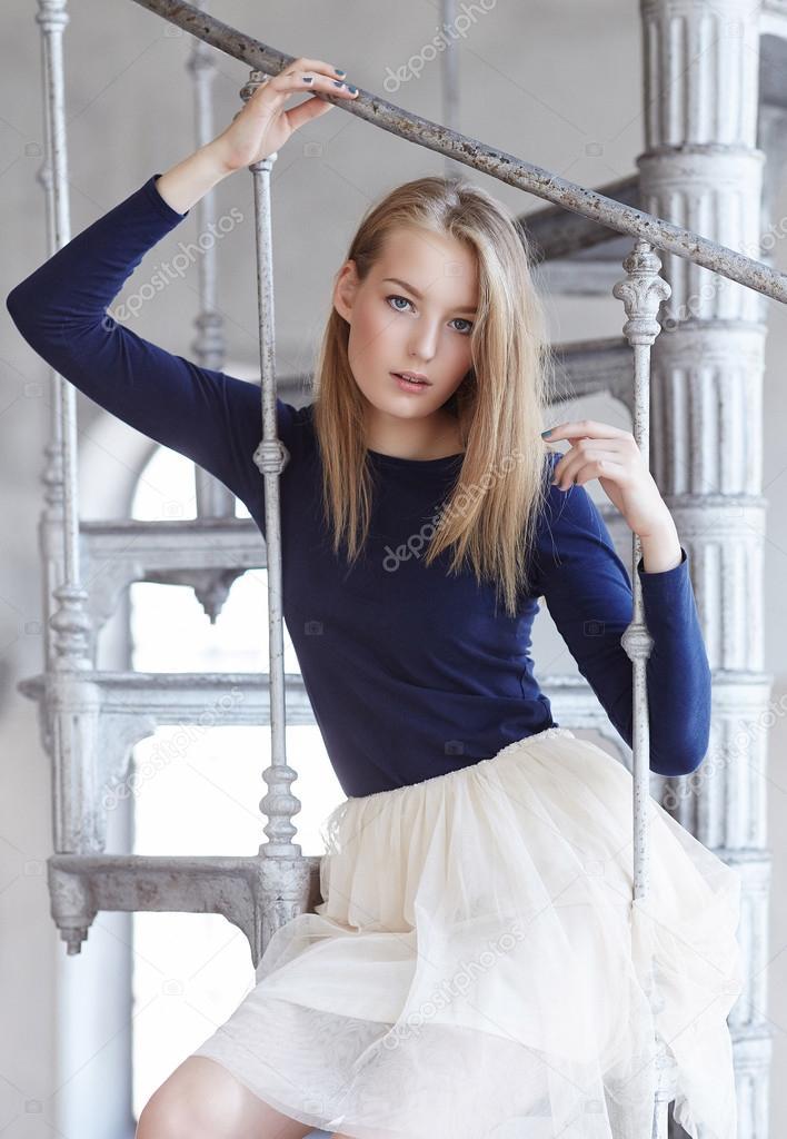 женщина в юбке на лестнице