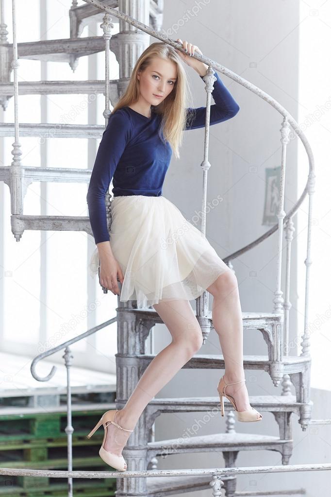 Женщина в юбке на лестнице фото 694-424