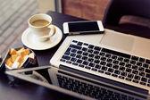 Ordinateur portable sur la table avec une tasse de café et de canne à sucre — Photo
