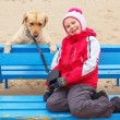 Liten flicka possing med en hund — Stockfoto #65778747
