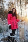 Meisje op een wandeling in de winter forest — Stockfoto