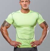 Awesome muscular man in green undershirt — Foto de Stock