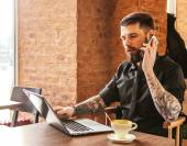 Guy with tattos calling by phone — Stock Photo