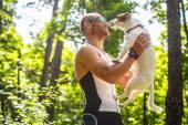 Mężczyzna trzyma swojego psa. — Zdjęcie stockowe