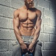 Shirtless muscular athlete guy holding weights. — Стоковое фото #80998722