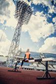 Portakal spor stadyum içinde ince kadın. — Stok fotoğraf