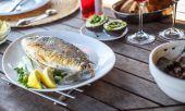レモンと白皿の上の魚料理. — ストック写真