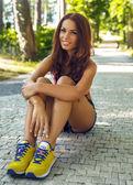 Vacker leende brunett ung kvinna. — Stockfoto