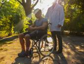 公園で休んでいる車椅子の男. — ストック写真