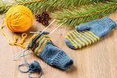 Yarn, knitting needles and mittens — Stock Photo