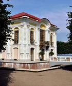 Pavilhão do eremitério em Peterhof o jardim de baixo — Fotografia Stock
