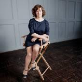 Femme heureuse reposante sur sa chaise à la maison — Photo