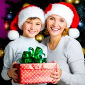 Mother with child hold box with gift on the christmas — Foto Stock