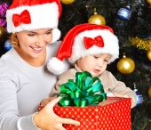 Mother with child hold gift on the christmas — Stockfoto