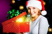Woman opens the box with gifts on christmas holiday — Stockfoto