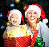 Madre con el niño mantenga la caja de regalos — Foto de Stock