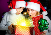 Mother with child opens the box with gifts on christmas — Foto de Stock