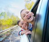 Garçons regarde par la fenêtre de la voiture. — Photo
