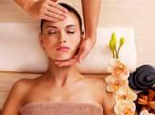 Masseur doing massage head of woman — Stock Photo