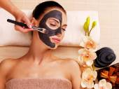 Cosmetologist smears cosmetic mask — Stock Photo