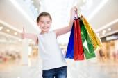 Dziewczynka z torby na zakupy — Zdjęcie stockowe