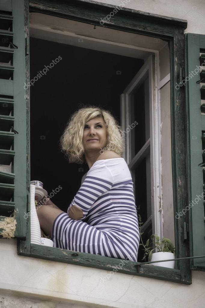 Bella ragazza in vestito a strisce con la tazza di caff - Finestra con seduta ...