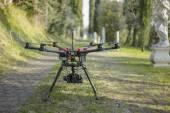 路地でドローン Quadcopter — ストック写真