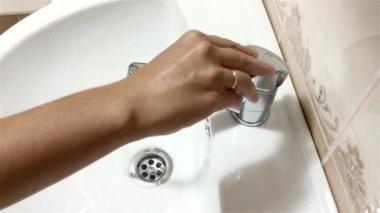 Bathroom faucet — Stock Video