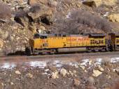 Freight train in narrow canyon — ストック写真