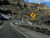 Autostrady przez jałowe kanion — Zdjęcie stockowe