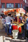 People buying roasted corn — Stock Photo