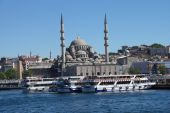 Bosphorus ferry carries tourists and commuters — Stock Photo