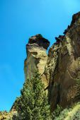 Tiny climbers on overhanging  cliff — Fotografia Stock