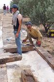 Workers install a new ramp walkwa — Stock Photo