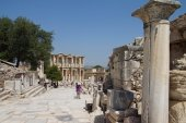 Tourists walk to Library of Celsus  — Stock Photo