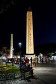 Touristen flanieren vorbei ägyptischen Obelisken — Stockfoto