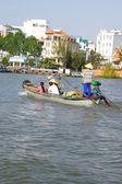 Transportaba pasajeros a través del río Mekong — Foto de Stock