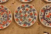Brightly colored porcelain dishes — Stock Photo