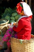 Shan woman tends a vegetable stand — Stock Photo