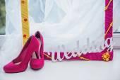 Marco decorativo, zapatos de mujer y la palabra boda — Foto de Stock