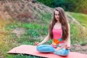 Güzel kadının doğa manzara üzerinde yoga egzersizleri yapması — Stok fotoğraf