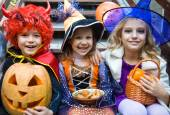 Children in halloween costumes — Stockfoto
