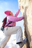 Woman ascending the mountain — Stock Photo