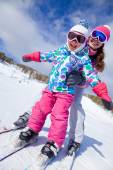 Instructor and child skiing — Stock Photo