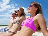 Mladí lidé na pláži — Stock fotografie